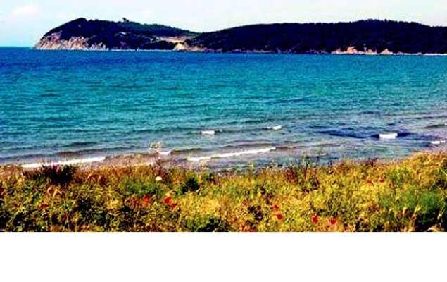Natura selvaggia, mare limpido e tracce di storia