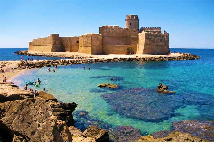 La riserva marina, le spiagge ed i luoghi storici